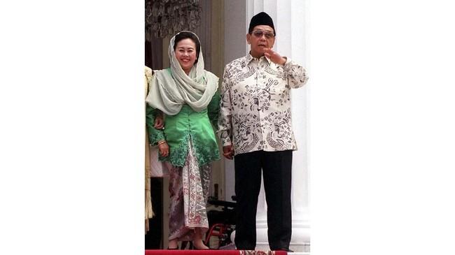 Ibu Sinta Nuriyah juga menampilkan kesan intelektual dalam gaya berkebaya. Dia juga memperlihatkan kesan religi yang kuat dari penggunaan kerudung. (Photo by WEDA/AFP)