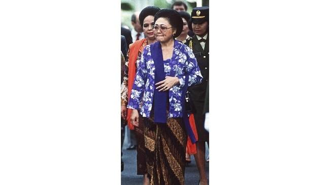 Kebaya Raden Ayu Siti Hartinah atau Ibu Tien memunculkan karakter keraton yang mengikuti pakem. Seperti kebaya kutubaru pendek, kain sinjang, sanggul, hingga selendang yang selalu dilipat. Kebaya ini bermakna pelayan masyarakat. (Photo by LOLONG/AFP)