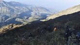 Pendaki melakukan pendakian di kawasan Pos 3 jalur Cemoro Sewu menuju puncak Gunung Lawu, Jawa Timur, Sabtu (17/8). (ANTARA FOTO/Siswowidodo)