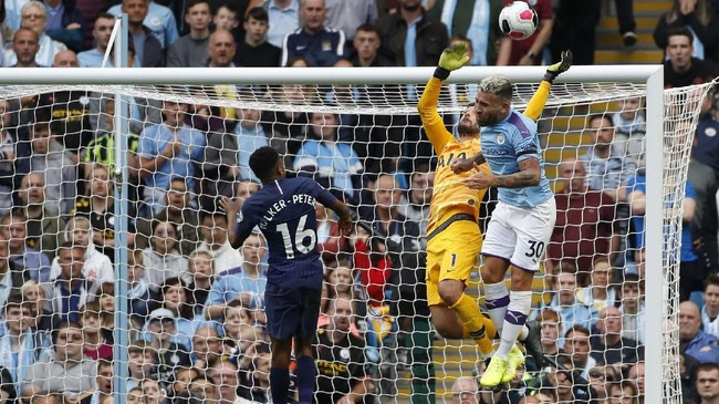 Kiper TottenhamHugo Lloris saat melakukan penyelamatan krusial dari percobaan Nicolas Otamendi. (AP Photo/Rui Vieira)