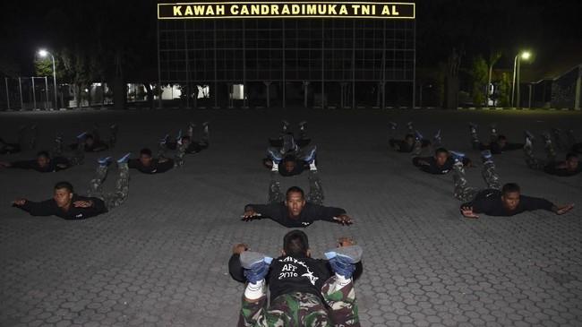 Siswa Pendidikan Intai Amfibi (Diktaifib) Marinir melakukan 'ground training' saat Latihan dan Praktik Keparaan di Lanudal Juanda Surabaya, Sidoarjo, Jawa Timur. (ANTARA FOTO/M Risyal Hidayat)