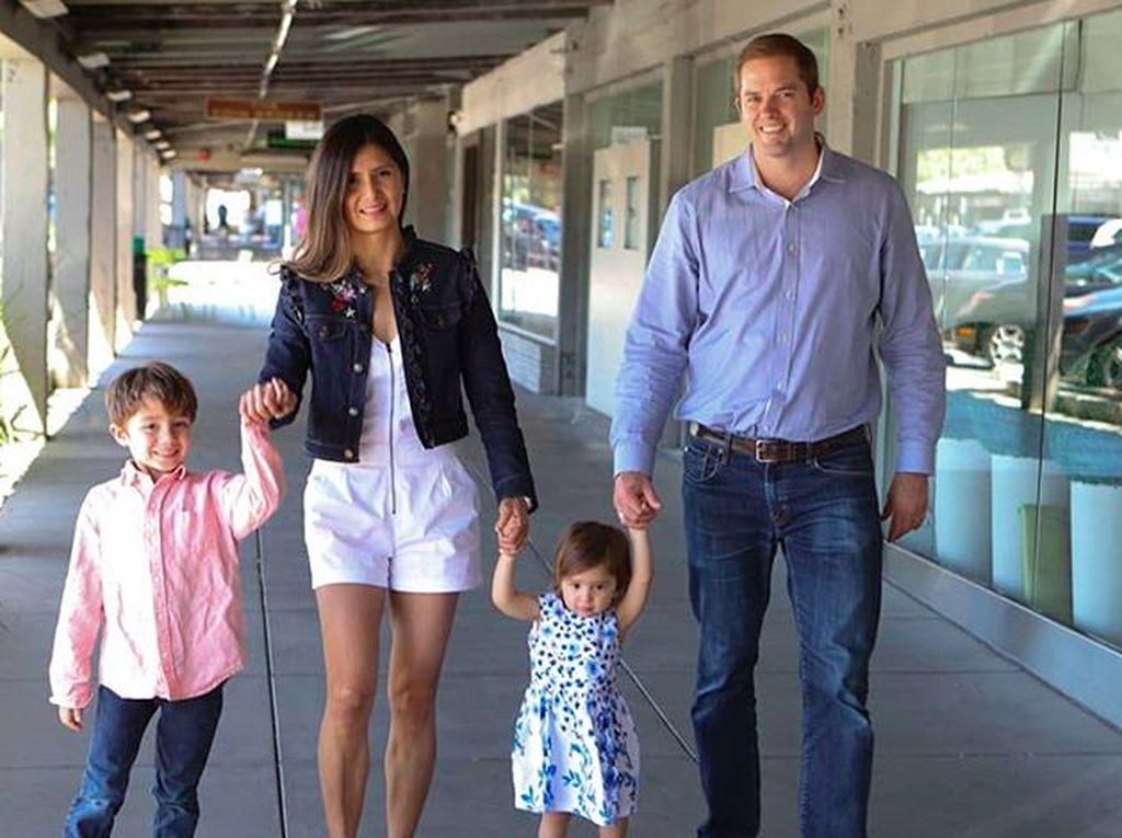 Bersama suami dan dua anaknya. Alkisah sang ibu bekerja di IBM Inggris, kemudian pindah ke Venezuela. Di sana dia menikah dengan pria setempat dan lahirlah Lilian. Foto: Instagram