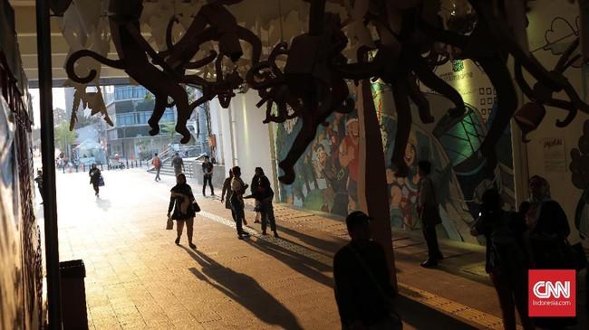 Ada sembilan gambar hasil kolaborasi perupa seni Nur Salomo dan ilustrator Sanchia Hamidjaja bersama 180 siswa sekolah dasar di Jakarta yang dipamerkan bersama instalasi seni itu. Instalasi seni itu dapat Anda nikmati hingga 25 Agustus 2019 dengan melewati terowongan jalan Blora-Kendal, Jakarta Pusat. (CNN Indonesia/Andry Novelino)