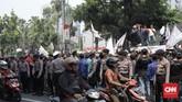 Puluhan sopir taksi online melakukan aksi unjuk rasa terkait kebijakan perluasan ganjil genap di depan Balai Kota Jakarta. (CNN Indonesia/Andry Novelino)