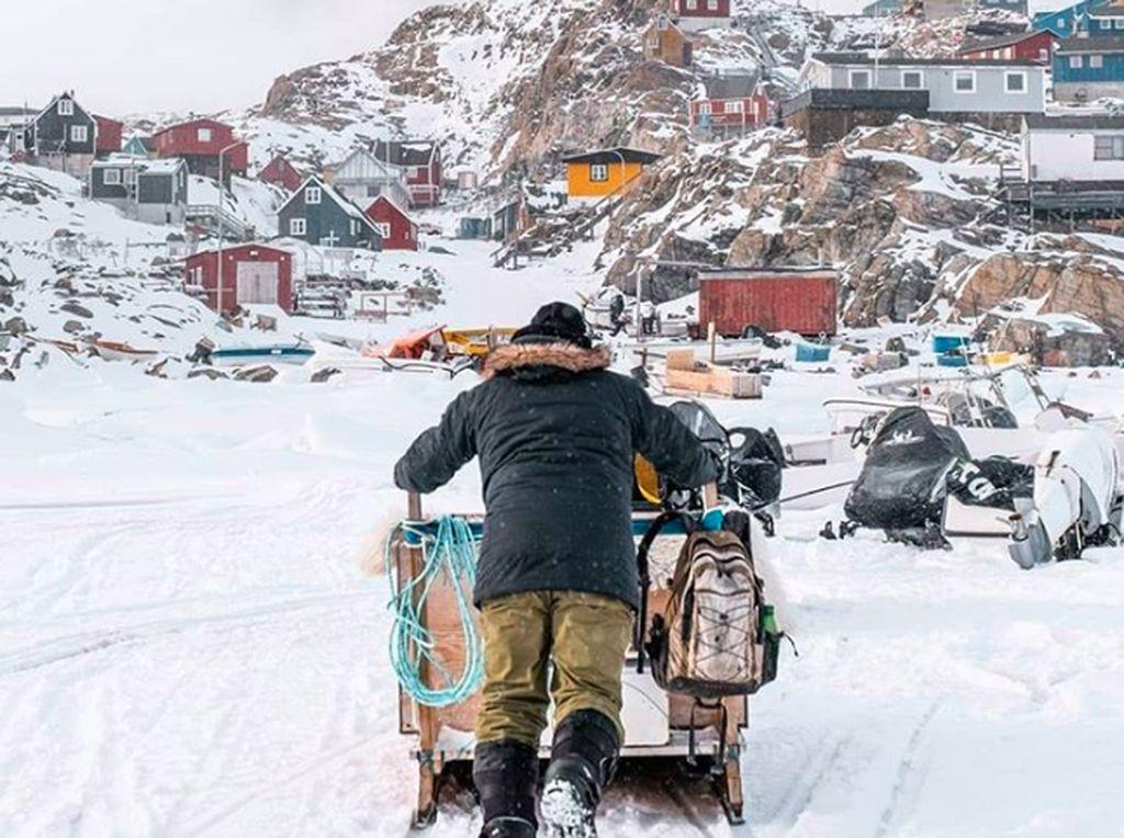 Hanya 20% dari seluruh luas Greenland ditinggali oleh manusia. Jalanan di sana pun tidak tersambung antar kota. Maka untuk bepergian ke area lain, direkomendasikan untuk memakai pesawat, helikopter atau perahu. Foto: Instagram