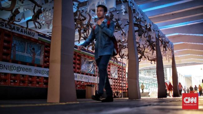 Selain itu, terdapat pula transportasi kereta api yang terbuat dari gulungan kardus-kardus yang dipotong kecil dan plastik bekas. (CNN Indonesia/Andry Novelino)