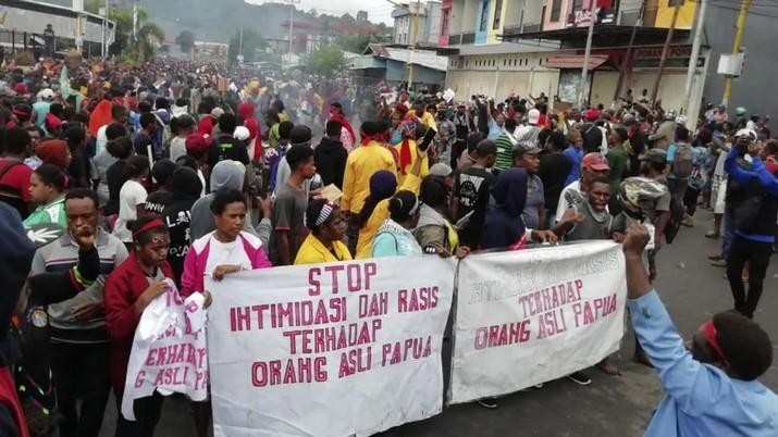 Kemenkominfo memblokir akses internet secara penuh di Papua dan Papua barat karena kondisi memanas.