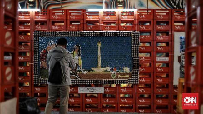 Di dalamnya, ada berbagai karya seni mengenai kota Jakarta, termasuk ikon Monumen Nasional yang terbuat dari botol-botol galon air minum, potongan kaca, dan tali tambang. (CNN Indonesia/Andry Novelino)