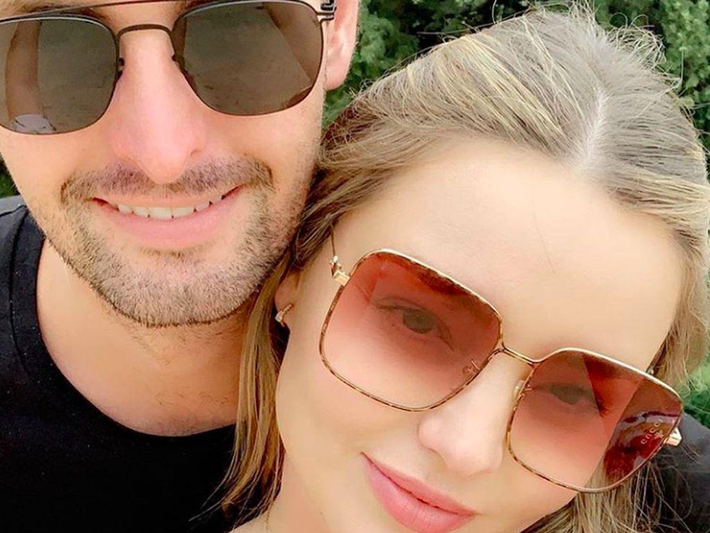 Kerr dan Spiegel bertunangan pada 2016 setelah mulai berpacaran di 2015. Foto: Instagram