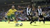 Norwich City meraih kemenangan 3-1 atas Newcastle United yang ditandai dengan hattrick Teemu Pukki dalam laga yang berlangsung di Carrow Road, Sabtu (17/8). (Joe Giddens/PA via AP)