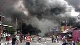 Aksi ujuk rasa berujung kerusuhan terjadi di Manokwari, Papua Barat,Senin(19/8). Massa turun ke jalan merespons insiden yang terjadi di Malang dan Surabaya.(STR / AFP)