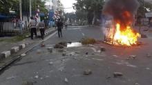 Cara Pengemudi Hadapi Rusuh dan Barikade Api di Jalanan