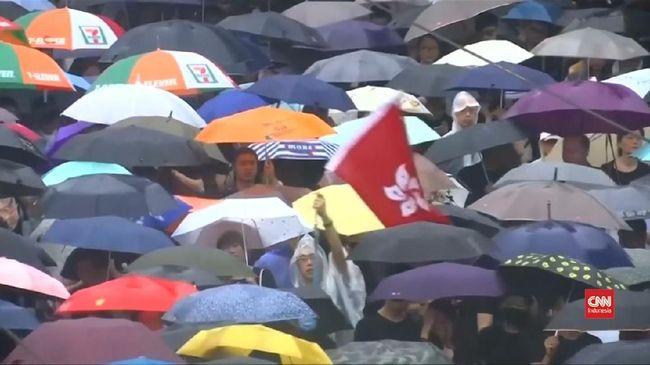 VIDEO: Hujan, Ratusan Ribu Warga Hong Kong Tetap Aksi Damai