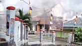 Dalam kerusuhan tersebut, gedung Dewan Perwakilan Rakyat Daerah (DPRD) Papua Barat di Manokwari dibakar massa. (ANTARA FOTO/Toyiban)