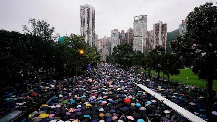 Ratusan Ribu Warga Hong Kong Terobos Hujan dalam Aksi Damai