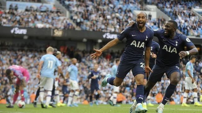 Lucas Moura mencetak gol penting yang membuat Tottenham Hotspur berhasil menahan Manchester City 2-2 pada pekan kedua Liga Inggris di Stadion Etihad, Sabtu (17/8). (AP Photo/Rui Vieira)