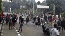 Massa Kembali Gelar Aksi Protes di Kantor Wali Kota Sorong