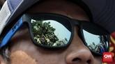 Para sopir yang memakai atribut Organisasi Angkutan Sewa Khusus Indonesia (Oraski) ini menilai kebijakan Gubernur DKI Anies Baswedan untuk mengatasi polusi udara tersebut diskriminatif. (CNN Indonesia/Andry Novelino)