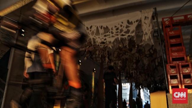 Dinding ruangan instalasi terbuat dari kerat-kerat botol minuman yang disusun hingga menyerupai kereta dengan empat pintu. (CNN Indonesia/Andry Novelino)