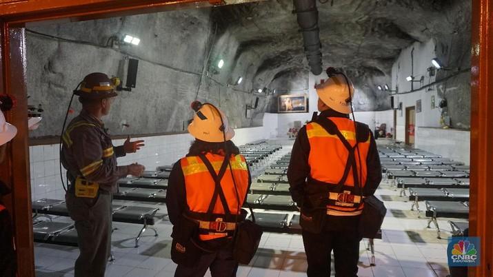 Para pekerja Freeport tambang bawah tanah dapat fasilitas rumah ibadah masjid dan gereja di kedalaman 1.700 meter.