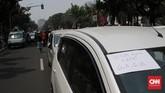 Pantauan CNNIndonesia.com di lapangan, puluhan sopir taksi online berkumpul di depan Balai Kota. Tidak hanya itu, para sopir itu memarkirkan mobilnya hingga mengular di depan Balai Kota. (CNN Indonesia/Andry Novelino)