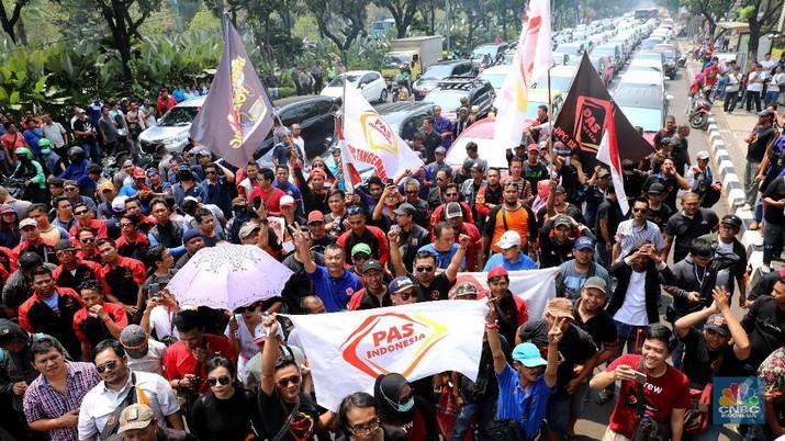 Karena perluasan wilayah ganjil-genap, para pengemudi taksi online berdemo di Balai Kota Jakarta.