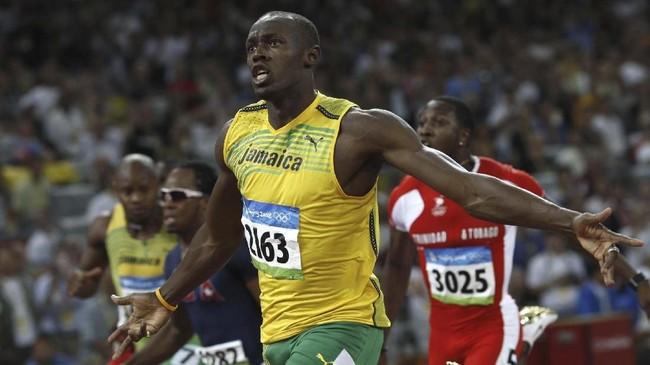 Usain Bolt meraih medali emas di nomor 100 meter di Olimpiade 2008 di Beijing dengan catatan waktu 9,69 detik, 16 Agustus 2008. Catatan Bolt itu memecahkan rekor dunia miliknya sendiri (9,72 detik) dan rekor Olimpiade milik Donovan Bailey (9,84 detik). (Photo by ADRIAN DENNIS / AFP)