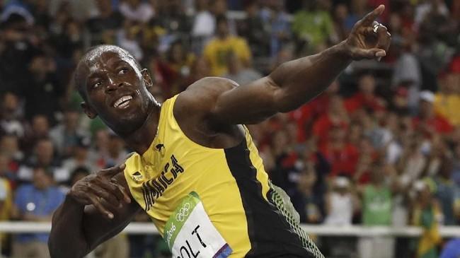 Usain Bolt dengan selebrasi ikoniknya 'Lightening Bolt' setelah memenangi nomor 200 meter di Olimpiade Rio de Janiero 2016. Kemenangan itu membuat Bolt menjadi Olimpian pertama yang meraih emas di tiga Olimpiade beruntun di dua nomor berbeda. (Adrian DENNIS / AFP)