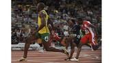 Ada cerita menarik di balik kemenangan Bol di nomor 100 meter Olimpiade 2008. Bolt meraih medali emas Olimpiade dengan tali sepatu yang tidak terikat. Tali sepatu itu terlepas saat perlombaan berlangsung. (Photo by GABRIEL BOUYS / AFP)