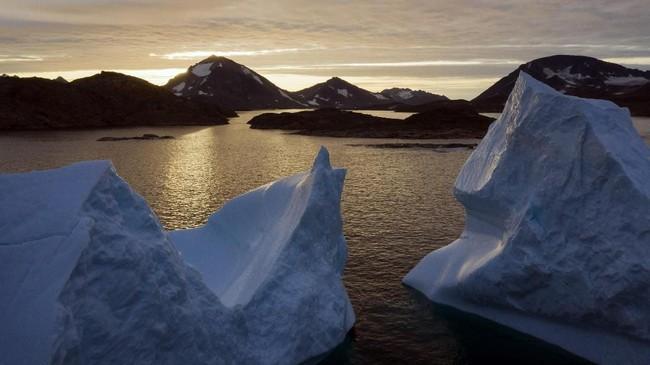 Bongkahan es terlihat mengapung pada pagi hari di perairan Kulusuk, Greenland. (AP Photo/Felipe Dana)