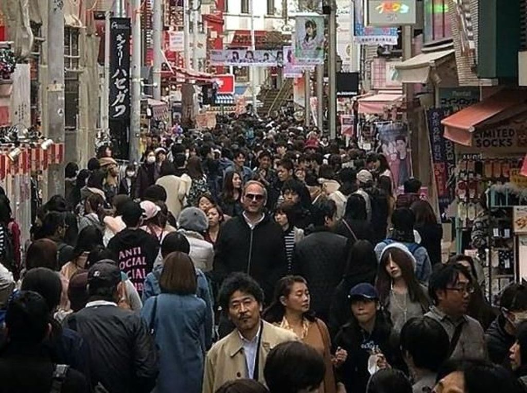 Foto-foto Kocak Traveler Jangkung yang Liburan ke Jepang