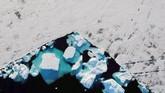 Bongkahan es terlihat mengapung di dekat kawasan Tasiilaq, Greenland. Mencairnya es membuktikan bumi telah terpapar polusi yang parah. (REUTERS/Lucas Jackson)