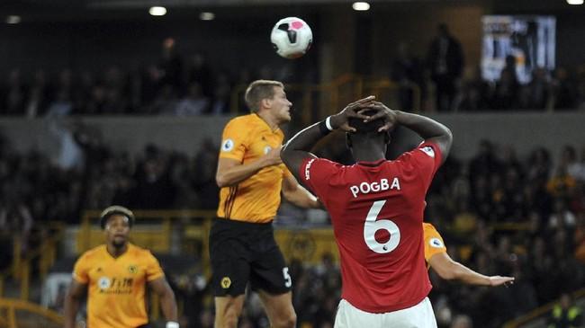 Pogba menampilkan ekspresi kekecewaan setelah bola yang dilepaskan dari titik putih ditepis Rui Patricio. (AP Photo/Rui Vieira)
