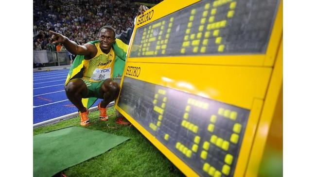 Setahun setelah Olimpiade 2008, Usain Bolt memecahkan rekor miliknya sendiri usai meraih medali emas di Kejuaraan Dunia Atletik 2009 di Berlin, Jerman dengan, catatan waktu 9,58 detik. (Fabrice COFFRINI / AFP)