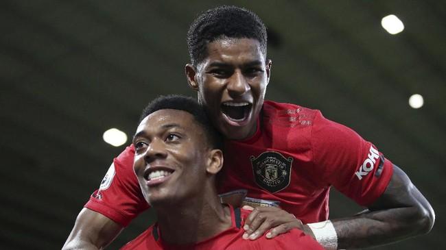 Marcus Rashford (kanan) menghampiri Anthony Martial dalam perayaan gol. Rashford turut terlibat dalam proses gol MU sebagai pemberi assist. (Nick Potts/PA via AP)