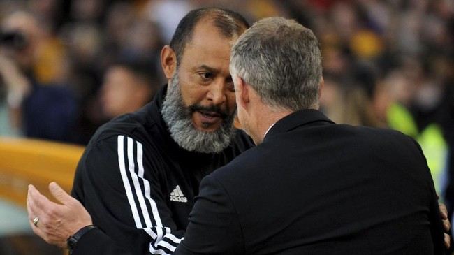 Nuno Espirito Santo berbicara dengan Ole Gunnar Solskjaer sebelum pertandingan antara Wolverhampton Wanderers dan Manchester Untied berlangsung di Stadion Molineux, Senin (20/8) dini hari WIB. (AP Photo/Rui Vieira)