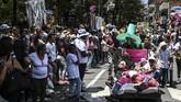Warga Kolombia beramai-ramai merayakan Hari Kemalasan Sedunia pada Minggu waktu setempat. (Photo by JOAQUIN SARMIENTO / AFP)
