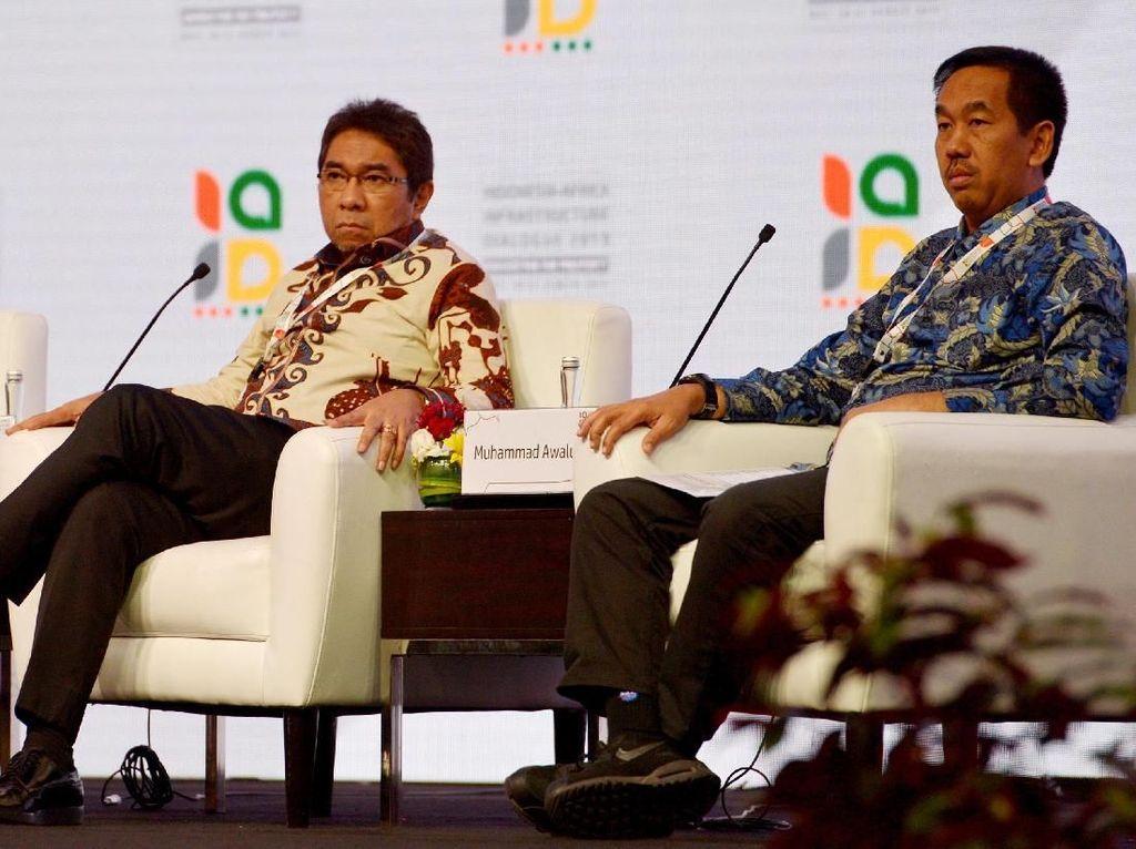 Presiden Direktur Pt Angkasa Pura II (Persero) Muhammad Awaluddin (kanan) bersama Presiden Direktur Pt Pelabuhan Indonesia II (Persero) Elvyn G Masassya (tengah) dan Presiden Kamar Dagang dan Industri Afrika Selatan Mthokozisi Xulu menyampaikan presentasinya pada sesi diskusi perdagangan Dialog Infrastruktur Indonesia-Afrika 2019 di Nusa Dua, Bali, Rabu (21/8/2019). Foto: dok. AP II