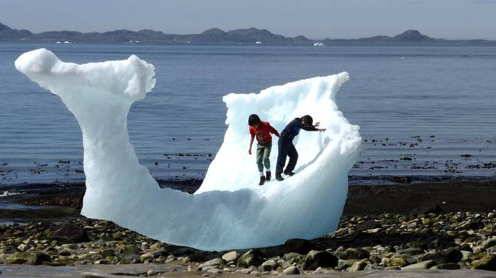 FILE PHOTO: Children play amid icebergs on the beach in Nuuk, Greenland, June 5, 2016. REUTERS/Alister Doyle/File Photo