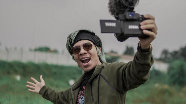 Atta Halilintar mengumumkan untuk menyumbangkan semua omzet youtubenya untuk Maret dan April ini.