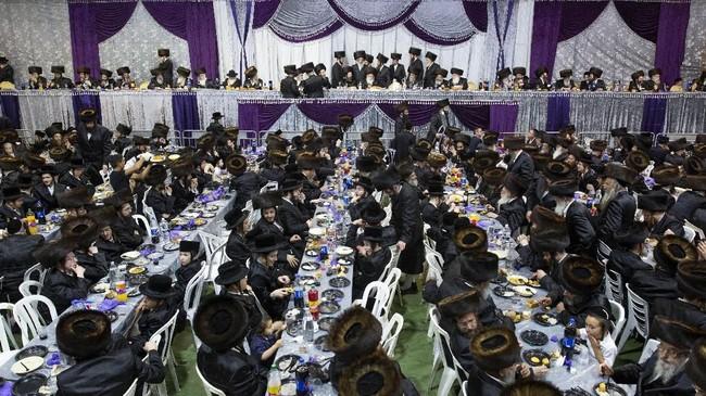 Ribuan orang berkumpul di Bnei Brak, kota yang terletak di sebelah timur Tel Aviv, Israel, Selasa (20/8). Mereka beramai-ramai menyaksikan pernikahan 'agung' putra seorang Rabbi dari dinasti Nadvorna Hasidic. (AP Photo/Oded Balilty)