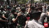 TNI-Polri menggiring peserta aksi ke area di seberang Kemendagri yang bersebelahan dengan Mabes TNI AD. Aparat yang berjaga pun tidak dilengkapi dengan senjata. (CNNIndonesia/Safir Makki)