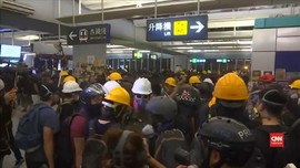 VIDEO: Pedemo Hong Kong Bentrok dengan Polisi di Stasiun