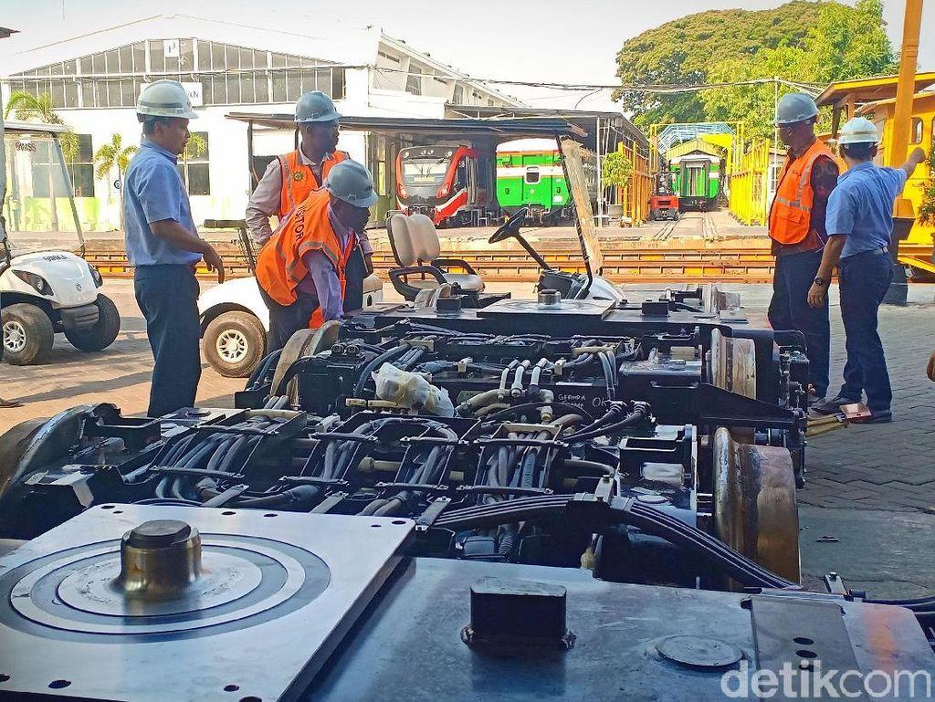 Para delegasi Zimbabwe dan Angola itu meninjau kereta api produk PT Industri Kereta Api (INKA).