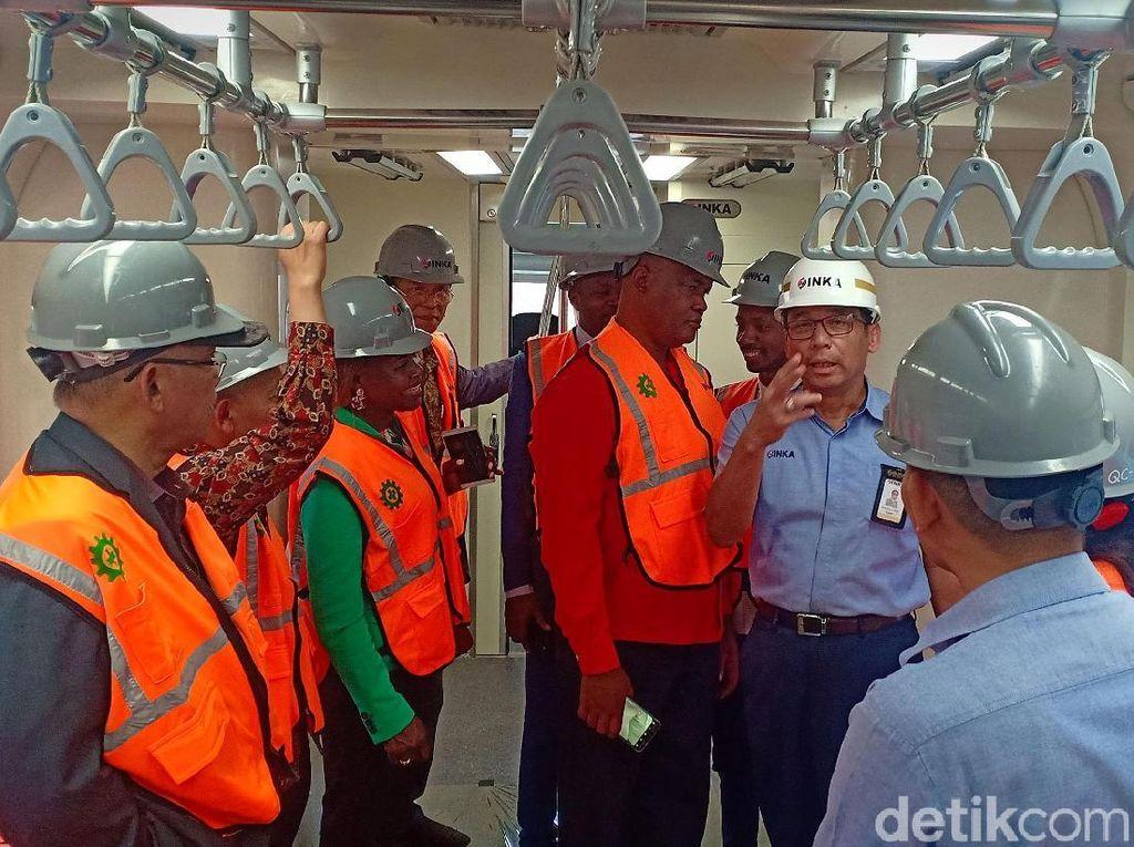 Para delegasi Zimbabwe dan Angola mengecek fasilitas kereta yang diproduksi PT Industri Kereta Api (INKA).