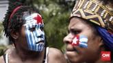 Atas tuntutan para pedemo itu, Kepala Staf Presiden Moeldoko menyebut perlu ada tindakan tegas dari TNI-Polri meski pelaku rasialisme merupakan aparat. Saat ini pemerintahjuga mecnoba meredam gejolak di Papua lewat pemblokiran akses internet demi menangkal hoaks. (CNNIndonesia/Safir Makki)
