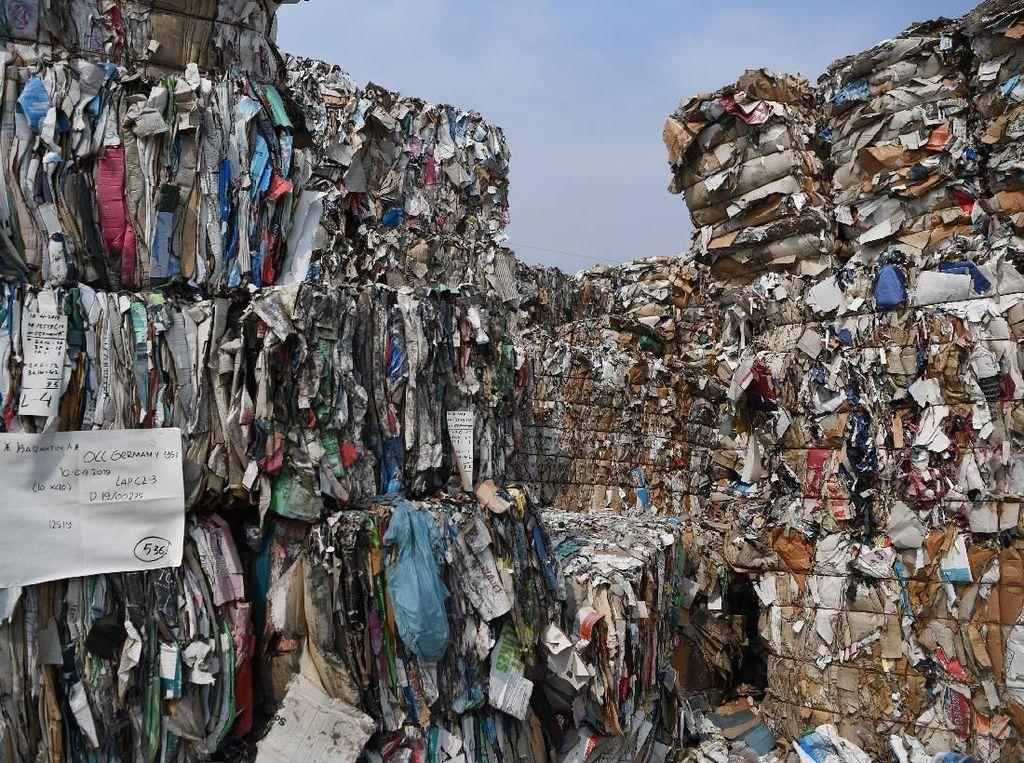 Hal tersebut ditemukan oleh Lembaga Kajian Ekologi dan Konservasi Lahan Basah atau Ecological Observation and Wetlands Conservation (Ecoton), bahwa masuknya sampah kertas impor sebagai bahan baku kertas juga disertai sampah plastik.