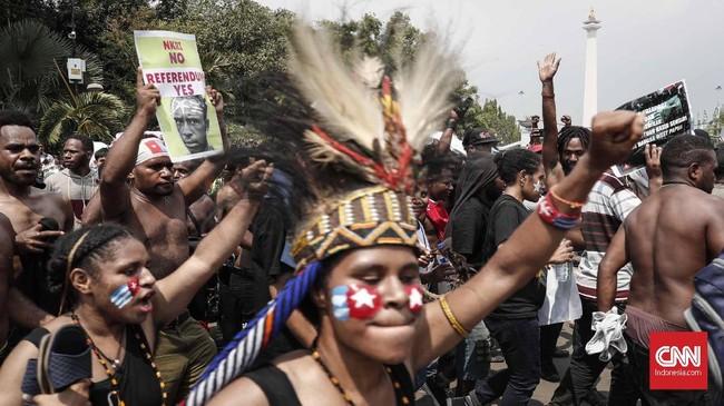 Aksi tersebut mengusung tema 'Berikan Hak Menentukan Nasib Sendiri untuk Mengakhiri Rasisme dan Penjajahan di West Papua'. (CNNIndonesia/Safir Makki)