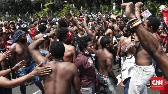 Demo ini merespons kasus pengepungan asrama mahasiswa di Surabaya dan kasus rasialismenya, serta ucapan kepala daerah di Malang yang dinilai mengusir mahasiswa Papua.(CNNIndonesia/Safir Makki)