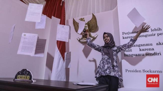 Foto-foto yang ditampilkan di instalasi pameran ini pun beragam, berwarna,dan hitam putih yang memperlihatkan sisi humanis dan gaya bekerja setiap presiden RI dari mulai Sukarno hingga Jokowi saat masih menjabat. (CNN Indonesia/Bisma Septalisma)